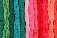 Écheveaux colorés de soie comme texture de fond Photos stock