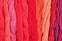 Écheveaux colorés de soie comme texture de fond Photographie stock