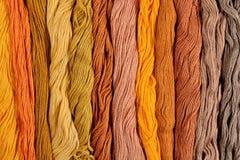 Écheveaux colorés de soie comme texture de fond Image libre de droits