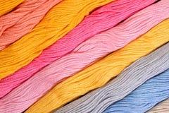 Écheveaux colorés de soie comme texture de fond Images stock