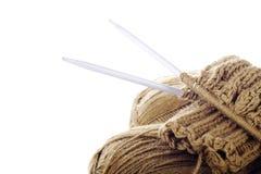 Écheveaux de filé, de travail de tricotage et de pointeaux Photographie stock
