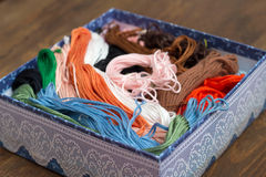 Écheveaux de fil coloré de broderie dans la boîte Image libre de droits