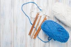 Écheveaux de fil et de crochets pour tricoter sur une table en bois Images libres de droits