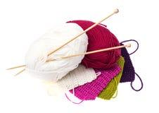 Écheveaux de fil et d'aiguilles en bois de tricotage pour la couture Photo stock
