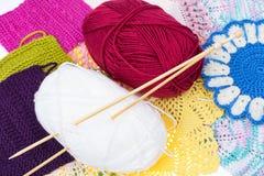 Écheveaux de fil et d'aiguilles en bois de tricotage pour la couture Photo libre de droits