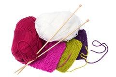 Écheveaux de fil et d'aiguilles en bois de tricotage pour la couture Photographie stock