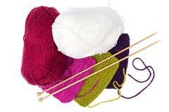 Écheveaux de fil et d'aiguilles en bois de tricotage pour la couture Image stock