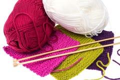 Écheveaux de fil et d'aiguilles en bois de tricotage pour la couture Images libres de droits