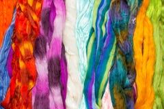 Écheveaux de laine brillamment colorée Photographie stock