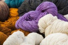 Écheveaux de laine naturelle Photos stock