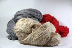 Écheveaux de laine sur le fond blanc Images stock