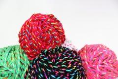 Écheveaux de laine sur le fond blanc Photo stock