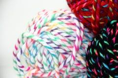 Écheveaux de laine sur le fond blanc Image libre de droits