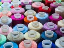 Écheveaux des fils colorés pour la broderie Images stock