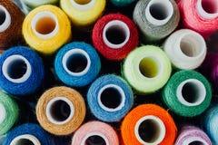 Écheveaux des fils multicolores pour la couture Images stock