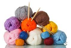 Écheveaux du fil de différentes couleurs, des formes, de la qualité, et de deux paires d'aiguilles de tricotage d'isolement sur l Photo libre de droits
