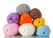 Écheveaux du fil de différentes couleurs pour la couture d'isolement sur le blanc Photo stock