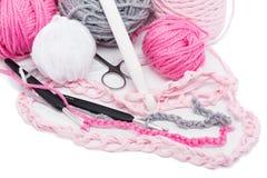 Écheveaux et crochet de laine de couleur photo libre de droits