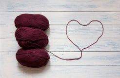 Écheveaux et fil sous forme de coeur Couleur de vin de Marsala Image stock