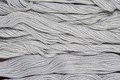 Écheveaux gris de soie comme texture de fond Photo stock
