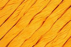 Écheveaux jaunes de soie comme texture de fond Images stock