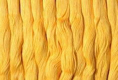 Écheveaux jaunes de soie comme texture de fond Photos stock