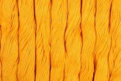 Écheveaux jaunes de soie comme texture de fond Photographie stock libre de droits