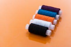 Écheveaux multicolores de fil Photos libres de droits