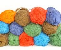 Écheveaux multicolores de fil pour le tricotage. Image libre de droits
