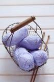 Écheveaux pourpres des fils de coton dans un panier Photo stock
