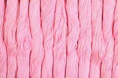 Écheveaux roses de soie comme texture de fond Images libres de droits