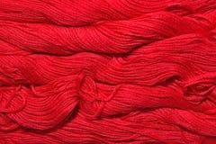 Écheveaux rouges de soie comme texture de fond Images stock