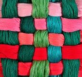 Écheveaux tordus colorés de soie comme texture de fond Photo libre de droits