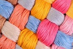 Écheveaux tordus colorés de soie comme texture de fond Photo stock