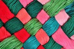 Écheveaux tordus colorés de soie comme texture de fond Images stock