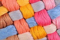 Écheveaux tordus colorés de soie comme texture de fond Image libre de droits