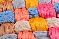 Écheveaux tordus colorés de soie comme texture de fond Photographie stock