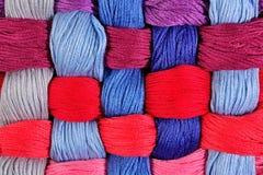 Écheveaux tordus colorés de soie comme texture de fond Photos stock