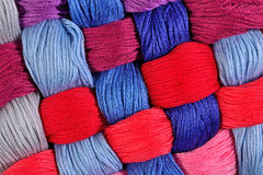 Écheveaux tordus colorés de soie comme texture de fond Images libres de droits