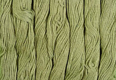 Écheveaux verts de soie comme texture de fond Images libres de droits