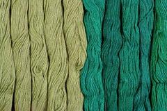 Écheveaux verts de soie comme texture de fond Photos stock