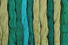 Écheveaux verts de soie comme texture de fond Photographie stock