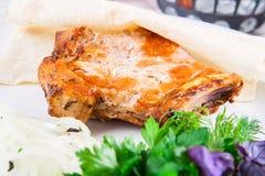 Échine de porc grillée sur l'os Photos stock