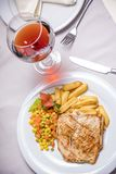 Échine, garniture et vin grillés de porc Photo stock