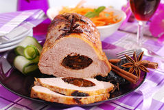 Échine rôtie de porc bourrée du pruneau Photographie stock libre de droits