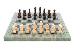Échiquier avec des pièces d'échecs sur le blanc Photographie stock