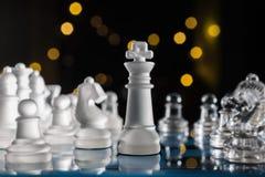 Échiquier bleu dans l'obscurité avec Bokeh Images libres de droits