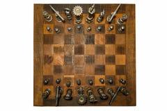 Échiquier en bois peu commun avec les morceaux forgés de fer vus d'en haut Photos stock