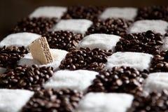 Échiquier fait de café et sucre avec la gaufre Photographie stock libre de droits
