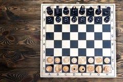 Échiquier sur la table en bois Photo libre de droits